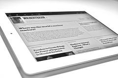 Tablet eletrônica sobre a mesa